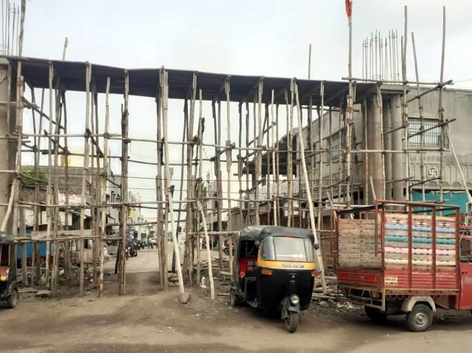 Parbhani: Traffic stopped due to construction of armature | परभणी : कमानीचे बांधकाम रखडल्याने वाहतूक बंद