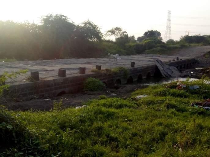 Parbhani: The low altitude bridge is affecting 3 villages | परभणी : कमी उंचीच्या पुलाचा १२ गावांना होतोय त्रास