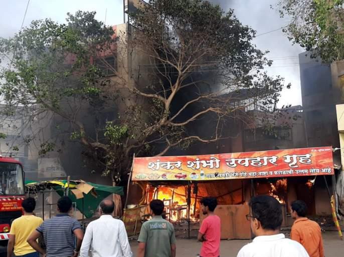Parbhani: Atomobile shop fire   परभणी : आॅटोमोबाईल दुकान आगीत खाक