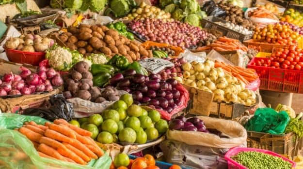 Pune, Moshi, Chakan 'markets' are closed and vegetables are scarce; Crowd for shopping in Pimpri   पुणे, मोशी, चाकण 'मार्केट' बंद असल्याने भाज्या कडाडल्या; पिंपरीत खरेदीसाठी गर्दी