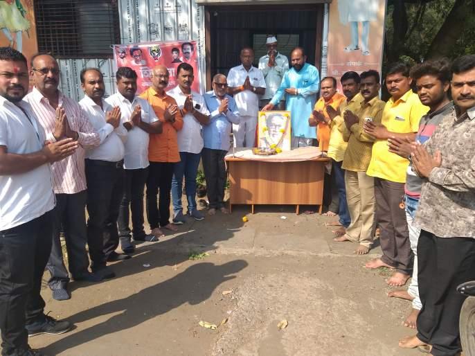 Shiv Sena chief Bal Thackeray greets | शिवसेनाप्रमुख बाळासाहेब ठाकरे यांना स्मृतीदिनी अभिवादन
