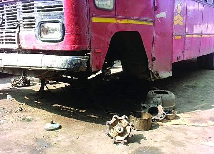 Sometimes the steering jam, and sometimes the wheel breaks; Wreck buses run on the streets | कधी स्टेअरींग जाम, तर कधी चाक निखळते; भंगार बस धावतात रस्त्यावर