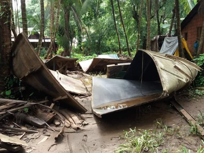 Due to the flood, the loss of 2 lakhs of fiber boats factory, the type of timber gardening | पुरामुळे फायबर बोट कारखान्याचे ४० लाखांचे नुकसान, काळसे बागवाडीतील प्रकार