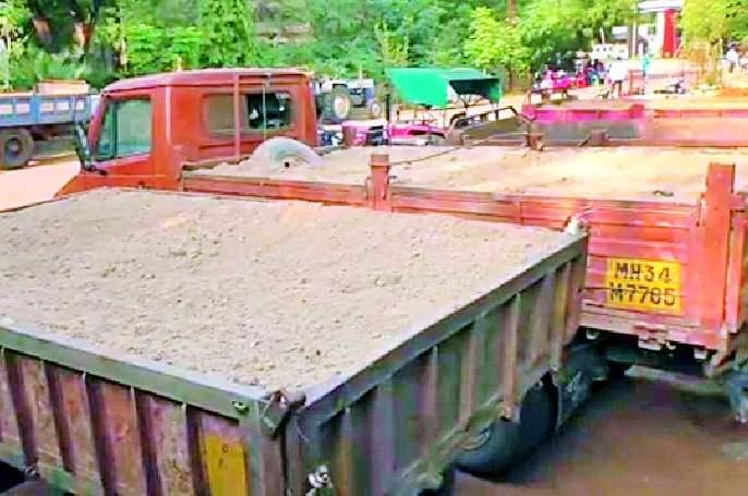 Six tractors seized in the sand excavation case   रेती उत्खनन प्रकरणी दोन हॉयवासह सहा ट्रॅक्टर जप्त