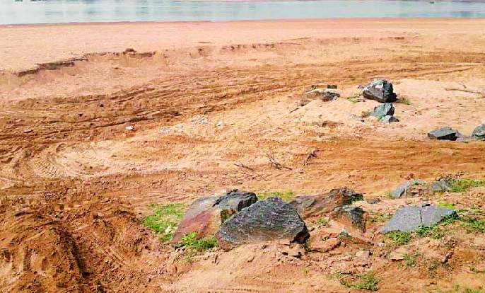 Illegal sand from the sand dune begins | रेतीघाटावरुन रेतीचा अवैध उपसा सुरुच