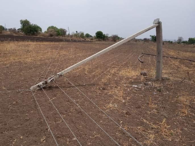 30 villages get electricity supply disrupted due to collapsing of polls | खांब पडल्याने ३० गावांचा वीजपुरवठा विस्कळीत