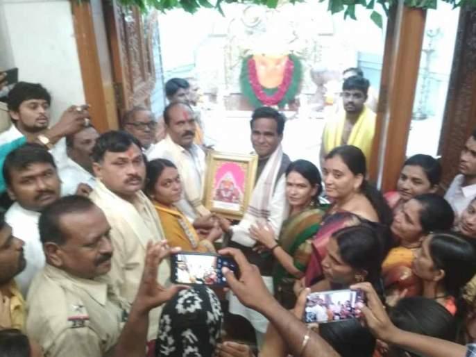Crowds to meet Rajureshwara | राजुरेश्वराच्या दर्शनासाठी गर्दी