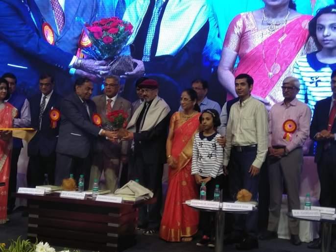 MV Bokhare awarded lifetime honors | एम.व्ही.बोखारे यांना जीवनगौरव पुरस्कार प्रदान