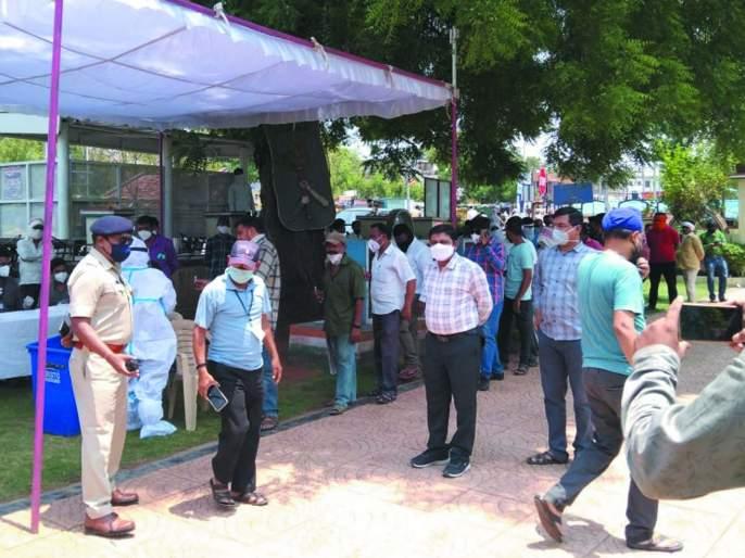 Corona test of those who roam in Khamgaon for no reason   खामगावात विनाकारण फिरणाऱ्यांची कोरोना चाचणी