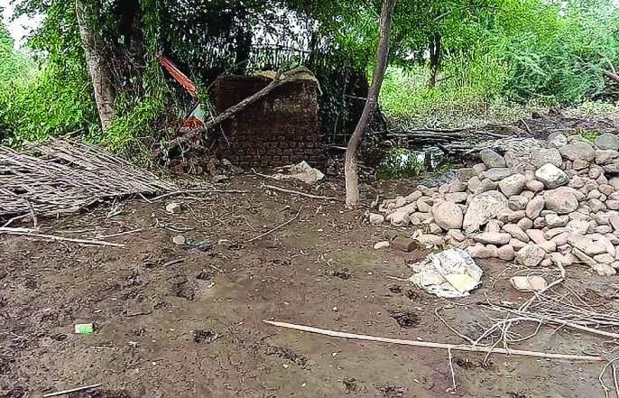Due to the 'backwater' of lower Dnyan Ganga, 15 houses in Divthana were affected   निम्न ज्ञानगंगाच्या 'बॅकवॉटर'मुळे दिवठाणा येथील १५ घरेबाधित