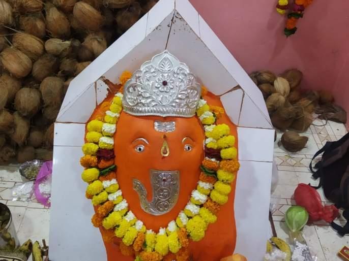 Crowds of devotees for the costume | अंगारकीनिमित्त भाविकांची गर्दी