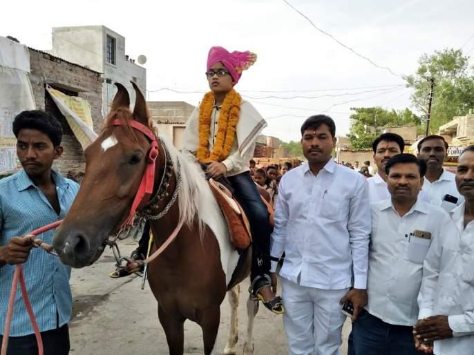 Parbhani: Rally from procession and tractor from horse | परभणी : घोड्यावरून मिरवणूक अन् ट्रॅक्टरमधून रॅली