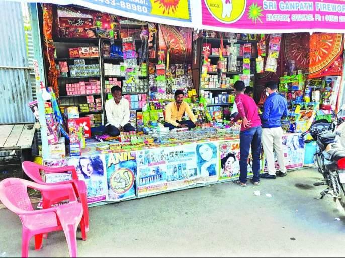 Corona's 'blow' to firecracker traders in Washim | फटाका व्यावसायिकांना काेराेनाचा 'फटका'