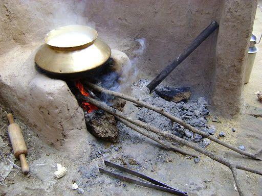 Chulha from Gadchiroli village burnt again; Cylinder out of reach | गडचिरोलीतील खेड्यातल्या चुली पुन्हा पेटल्या; सिलेंडर आवाक्याबाहेर