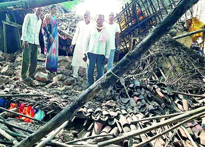 The house collapsed at a Sukli | सुकळी येथे घर कोसळले