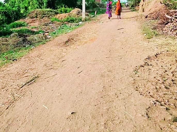 Baleshwar Dambari is situated 7 km from Brahmapuri | ब्रह्मपुरीपासून ७ कि.मी.वरील भालेश्वर डांबरीरस्त्याविना