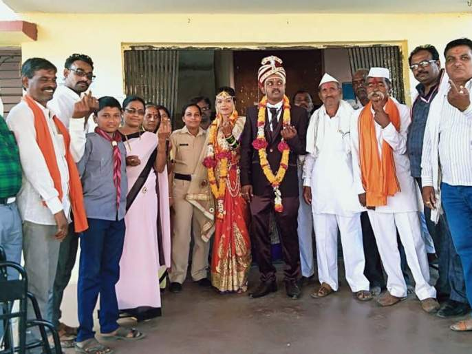 Polling done by bridegroom at Kondur | कोंढूर येथे नववधूने केले मतदान