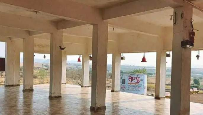 Food and water facilities in the temple area to quench the thirst and hunger of the birds | पक्ष्यांची तहान-भूक भागवण्यासाठी मंदिर परिसरात अन्न-पाण्याची सोय