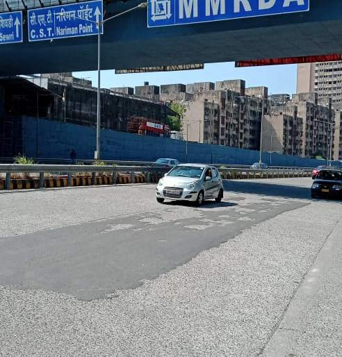 East Freeway : Poor condition of cement concrete road | पूर्व मुक्त मार्ग : सिमेंट काँक्रिट रस्त्याची दुरावस्था