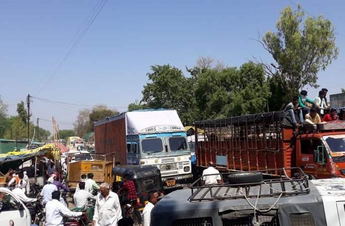 Traffic collision on the Parola highway | पारोळा महामार्गावर वाहतुकीची कोंडी