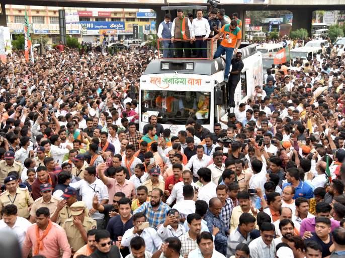 Article on Are black bubbles on the CM Devendra Fadanvis 'MahaJanadesh Yatra'? in Nashik | मुख्यमंत्र्यांच्या 'महाजनादेश'वर काळे फुगे का?