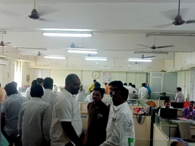Parbhani: The offices are buzzing for bills | परभणी : बिले काढण्यासाठी कार्यालये गजबजली