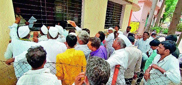 The crowd for 'Satbara' | 'सातबारा'साठी गर्दी