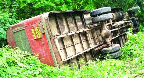 Twenty-five students were injured when a bus overturned in Devnagar | देवनगरला बस उलटून पस्तीस विद्यार्थी जखमी