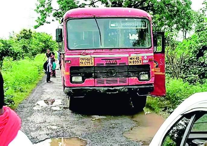 ST bus stops due to floods | नाल्याच्या पुरामुळे रापमची बस अडकली