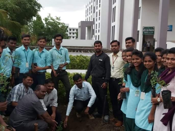 Plantation of Agriculture Plants at Panhalsa | कृषी महाविद्यालयाच्या विद्यार्थ्यांनी केले तालुक्यातील पन्हाळसाठे येथे वृक्षारोपण