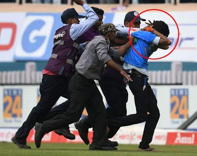 India Vs South Africa, 3rd Test: Security guards beaten fan in the ground ...   India Vs South Africa, 3rd Test : मैदानात घुसलेल्या चाहत्याला सुरक्षारक्षकांनी धु धु धुतला...