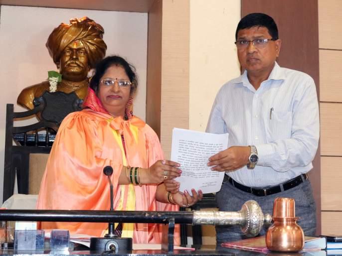 The Mayor's posting begins. Sarita More resigns | महापौरपदाची मोर्चेबांधणी सुरू. सरिता मोरे यांचा राजीनामा : निवडणुकीत भरणार रंगत