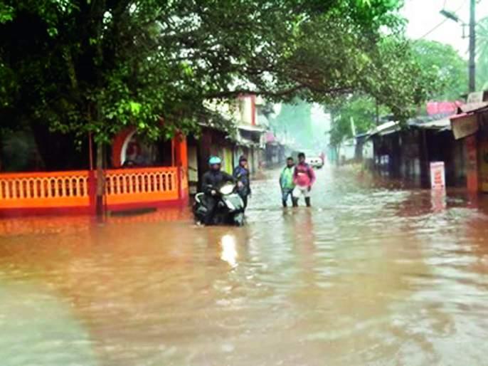 Rain fall in Vengurle taluka, traffic jam, Kadal sludge collapse | वेंगुर्ले तालुक्याला पावसाचा तडाखा, वाहतूक ठप्प, केळूस घाटातील दरड कोसळली