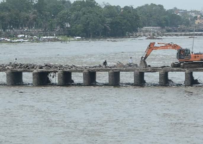 The bridging of the bridge begins | पुलावरील डांबरीकरण काढणे सुरू
