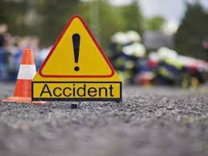 Two seriously injured in a bike accident | दुचाकी अपघातात युवक गंभीर जखमी