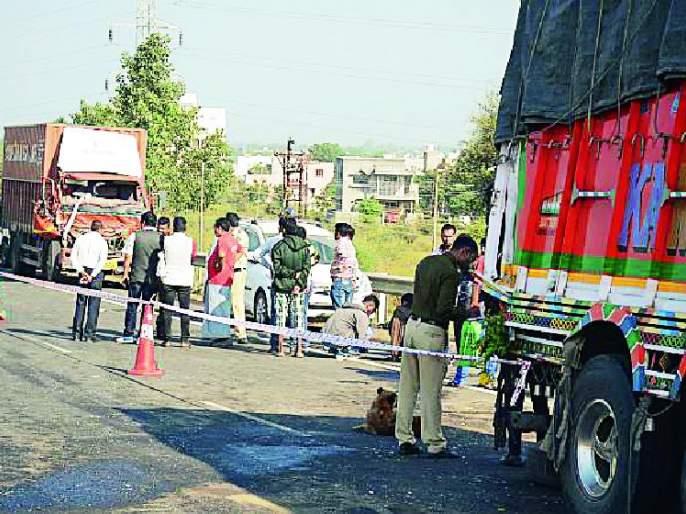 The body of the driver trapped in the vehicle | वाहनात फसला चालकाचा मृतदेह