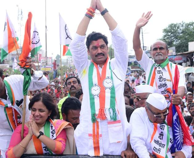 Once upon a time, Parli testified for the development of the constituency - Dhananjay Munde   एकदा संधी द्या, परळी मतदारसंघाच्या विकासाची ग्वाही देतो - धनंजय मुंडे