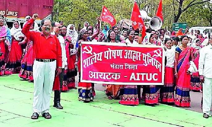 Aakrosh Morcha on Zilla Parishad of the school nutrition workers | शालेय पोषण आहार कर्मचाऱ्यांचा जिल्हा परिषदेवर आक्रोश मोर्चा