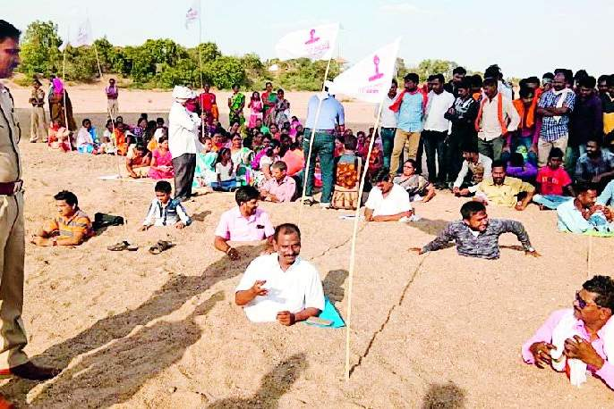 Ardhfan movement on Pawni to stop the pollution of Wainganga | वैनगंगेचे प्रदूषण थांबविण्यासाठी पवनी येथे अर्धदफन आंदोलन