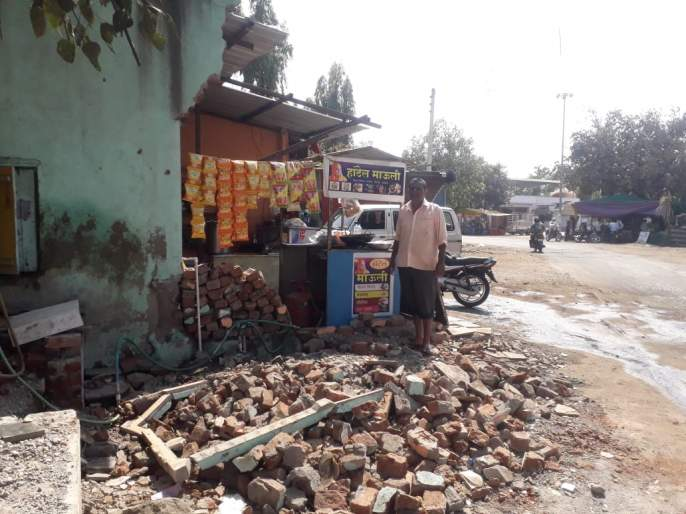 The removal of encroachments is partial | अतिक्रमण हटविण्याचे काम अर्धवट
