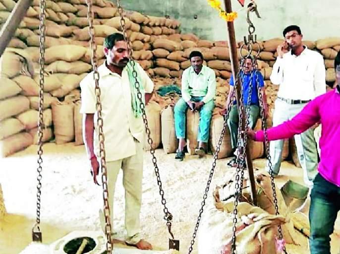 The plunder of farmers at paddy shopping centers   धान खरेदी केंद्रांवर शेतकऱ्यांची लूट