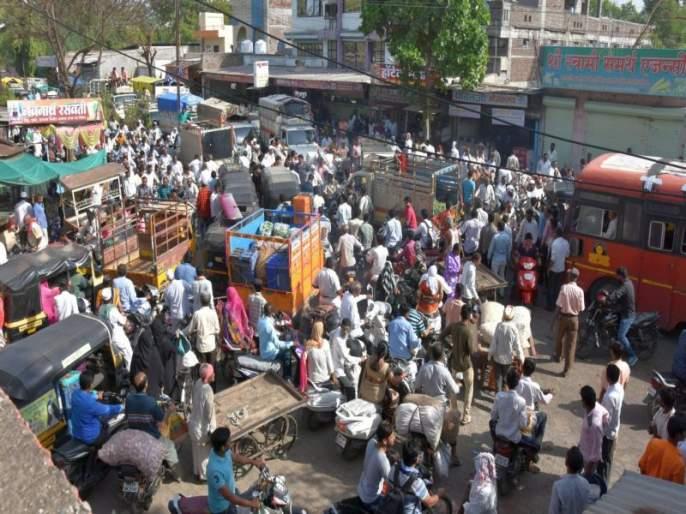 The problem of traffic congestion near the Dhule Bazar committee | धुळे बाजार समितीजवळ वाहतुक कोंडीची समस्या