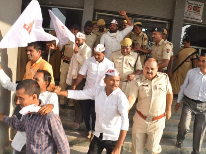 Critical agitation for demands by strikes | प्रहारतर्फे मागण्यांसाठी ठिय्या आंदोलन