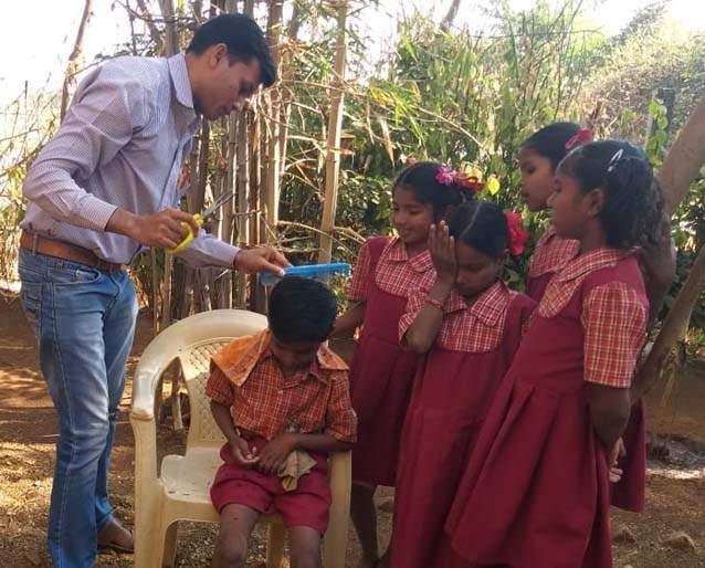 The teacher also fights for the cleanliness of the students | विद्यार्थ्यांच्या स्वच्छतेसाठी शिक्षकाची अशीही धडपड