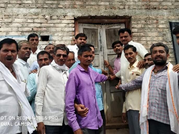 Parbhani: The locked lock at Badavani school | परभणी : बडवणीच्या शाळेस ठोकले कुलूप