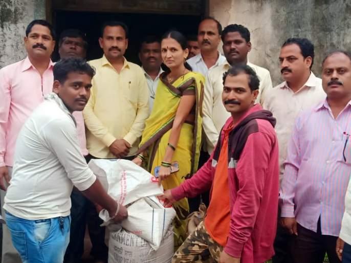 Distribution of wheat, rice and kerosene to flooded 18,923 families   पूरबाधित 18 हजार 923 कुटुंबाना गहू, तांदूळ व केरोसिनचे वितरण