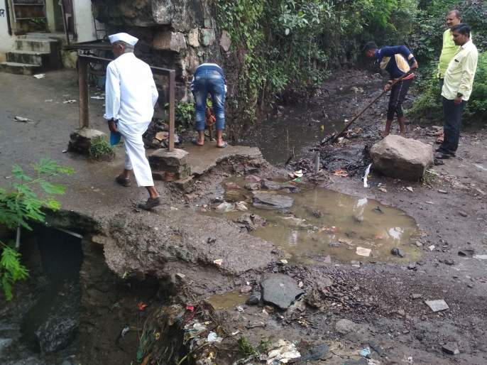 Cleaning by drainage municipality near the tunnel | पारोळ््यात बोगद्याजवळील नाल्याची पालिकेने केली साफसफाई