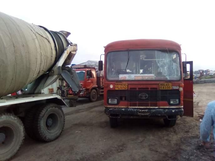 Bus collision at Sakegaon in Bhusawal taluka | भुसावळ तालुक्यातील साकेगाव येथे महामार्गाच्या वाहनाची बसला धडक