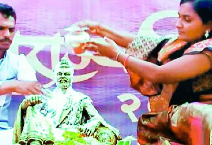 Shambhuraje's coronation honors a farmer woman | शंभूराजांच्या राज्याभिषेकाचा मान शेतकरी महिलेला
