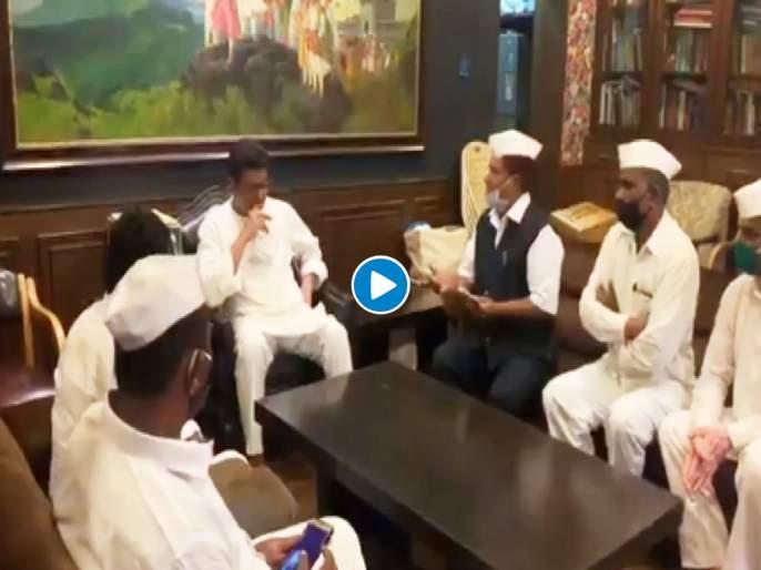 """Video: Mumbai Dabbewala Assosiation Meet MNS Chief Raj Thackeray over their various problem   Video: भेटायला आलेल्या डबेवाल्यांना राज ठाकरेंचा चिमटा; """"सरकार त्यांच्या हातात द्या अन्…"""